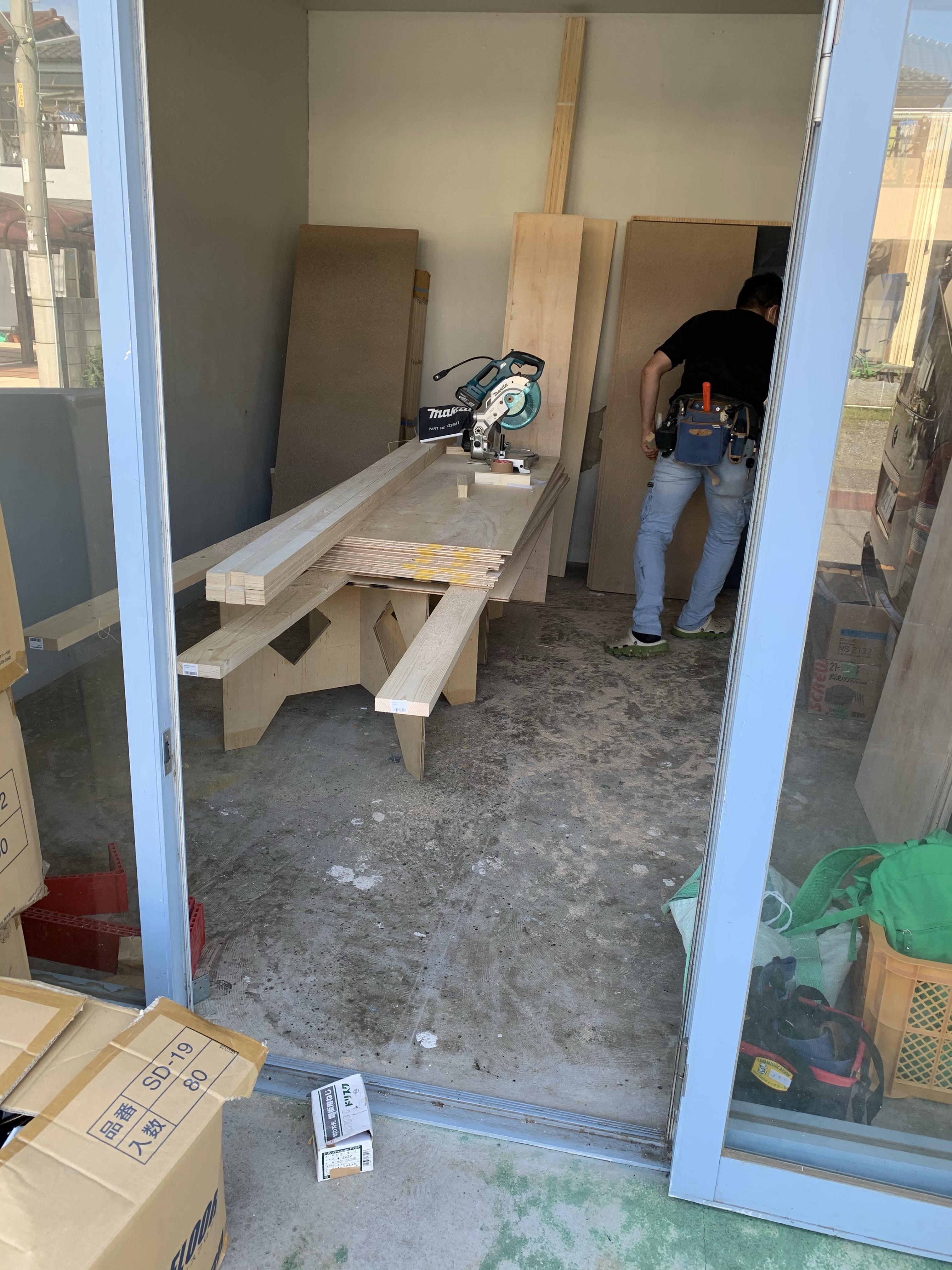 作業場で家具施工 (^ ^)
